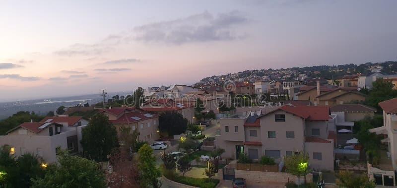 Vista panorâmica de surpresa do por do sol em Zichron Yaakov na montanha de Carmel em Israel, hoje imagens de stock