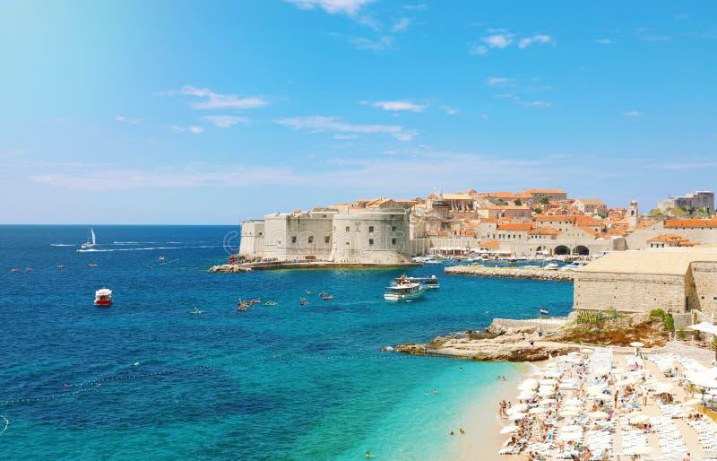 Vista panorâmica de surpresa do porto velho de Dubrovnik com fortificações medievais na praia do mar e do Banje de adriático, Cro imagem de stock royalty free
