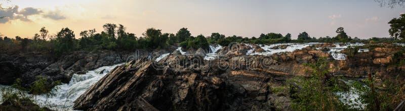 Vista panorâmica de Tat Somphamit Waterfall no pôr do sol, Don Khon, si Phan Don, província de Champasak, Laos foto de stock royalty free