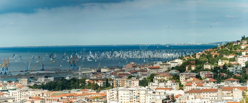 Vista panorâmica de Trieste, Itália Sobre 2000 do barco de velas no mar de adriático durante a regata 2017 de Barcolana A vela a  foto de stock