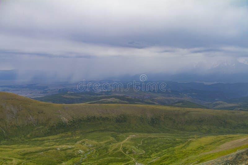 Vista panorâmica de um vale montanhoso de Altay fotografia de stock