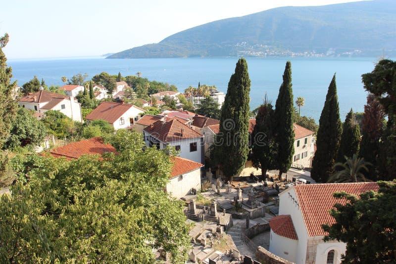 Vista panorâmica de uma cidade europeia pequena em Montenegro fotografia de stock