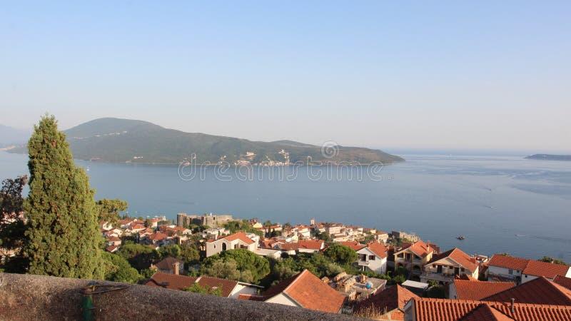 Vista panorâmica de uma cidade europeia pequena em Montenegro fotografia de stock royalty free