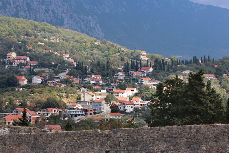 Vista panorâmica de uma cidade europeia pequena em Montenegro imagens de stock royalty free
