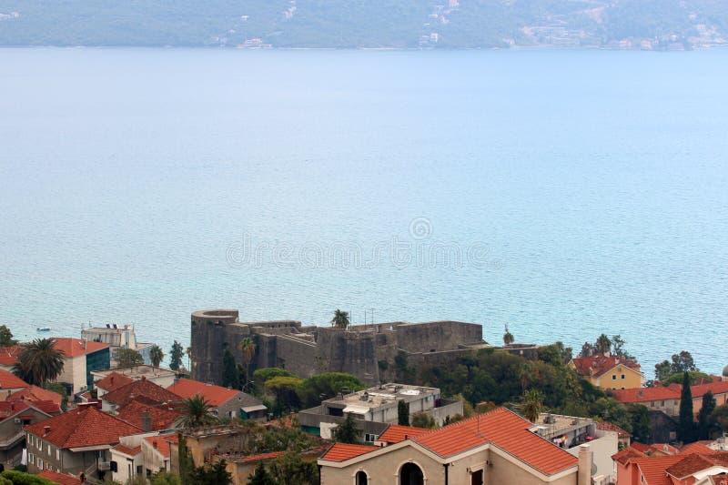 Vista panorâmica de uma cidade europeia pequena em Montenegro imagem de stock royalty free