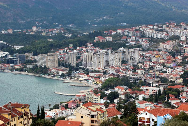 Vista panorâmica de uma cidade europeia pequena em Montenegro imagem de stock