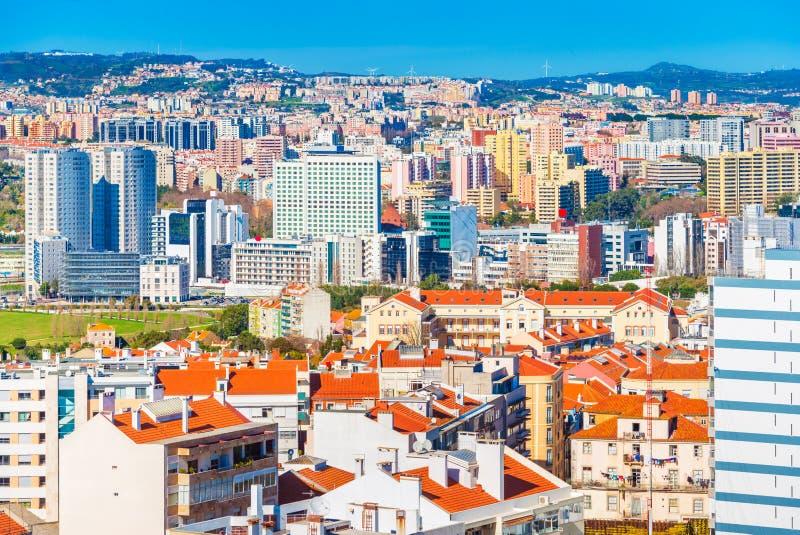 Vista panorâmica de uma cidade moderna com construções comerciais e residenciais, Lisboa, Portugal imagens de stock