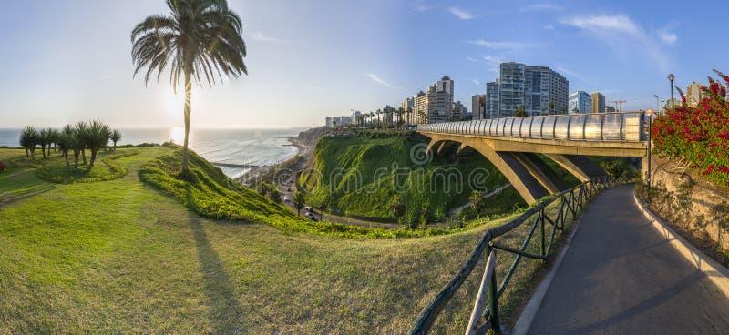Vista panorâmica de Villena Rey Bridge de Miraflores no Peru fotografia de stock