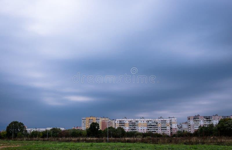 Vista panorâmica de Vitebsk nebuloso, Bielorrússia imediatamente antes da tempestade fotografia de stock
