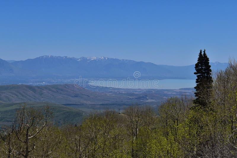 Vista panorâmica de Wasatch Front Rocky Mountains das montanhas de Oquirrh, pela mina de Kennecott Rio Tinto Copper, pelo lago ut fotos de stock