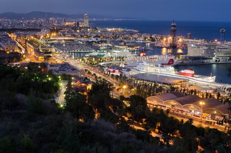 Vista panorâmica detalhada na iluminação da noite do porto com forros de cruzamento, Espanha de Barcelona imagem de stock royalty free