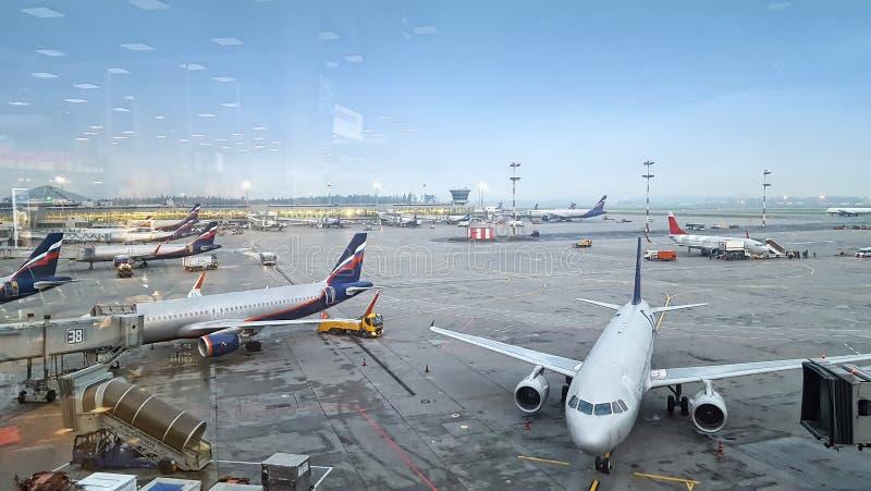 Vista panorâmica do aeroporto internacional, muitos aviões imagens de stock royalty free