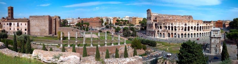 Vista panorâmica do arco de Colosseo do templo R de Constantim e de Vênus imagem de stock royalty free