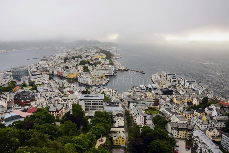 Vista panorâmica do arquipélago e do centro de cidade bonito de Alesund, Noruega fotos de stock royalty free