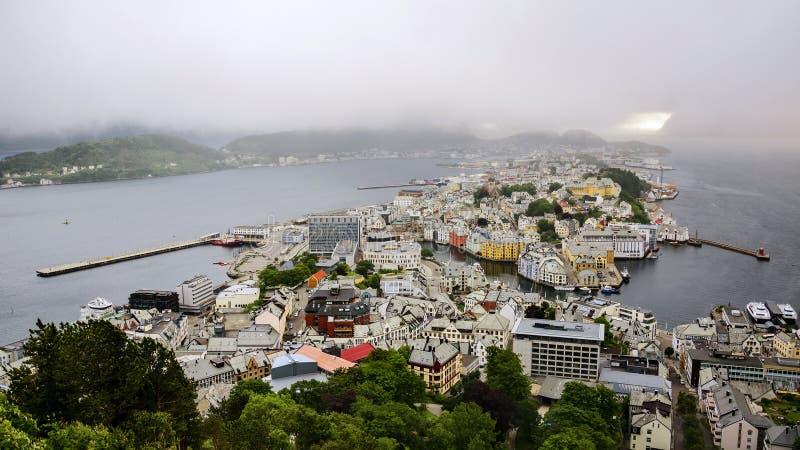 Vista panorâmica do arquipélago e do centro de cidade bonito de Alesund, Noruega foto de stock