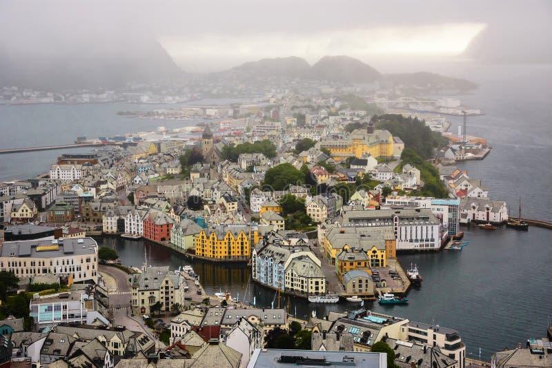 Vista panorâmica do arquipélago e do centro de cidade bonito de Alesund, Noruega imagem de stock
