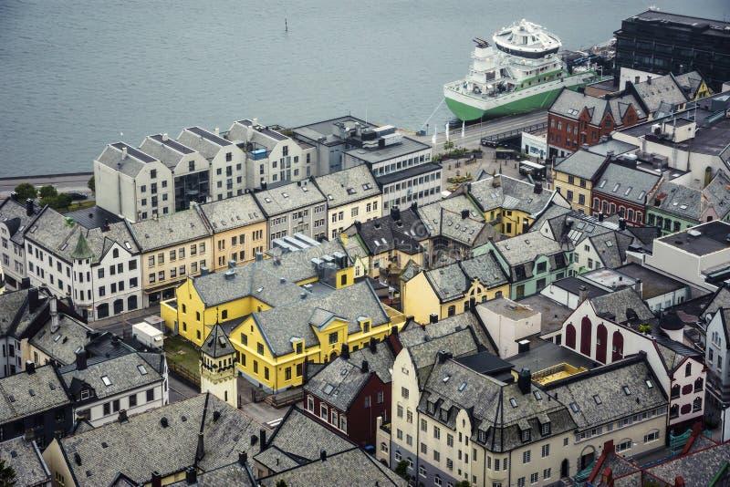 Vista panorâmica do arquipélago e do centro de cidade bonito de Alesund, Noruega imagem de stock royalty free