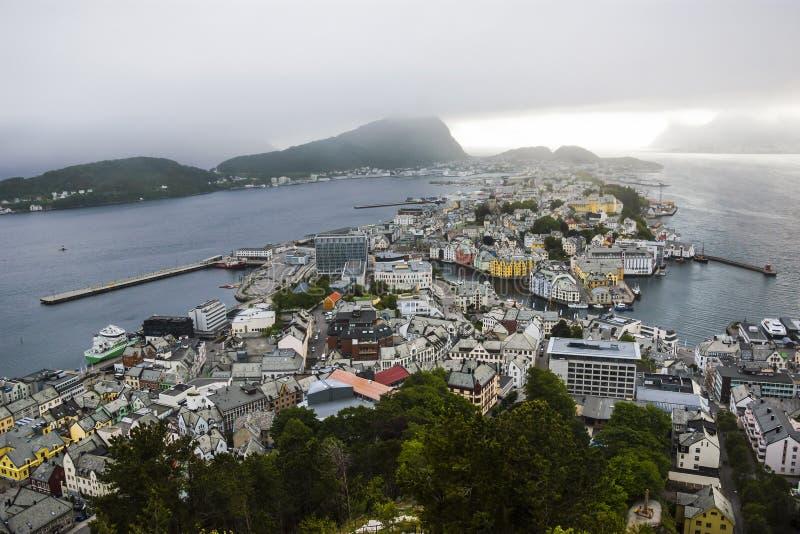 Vista panorâmica do arquipélago e do centro de cidade bonito de Alesund, Noruega imagens de stock