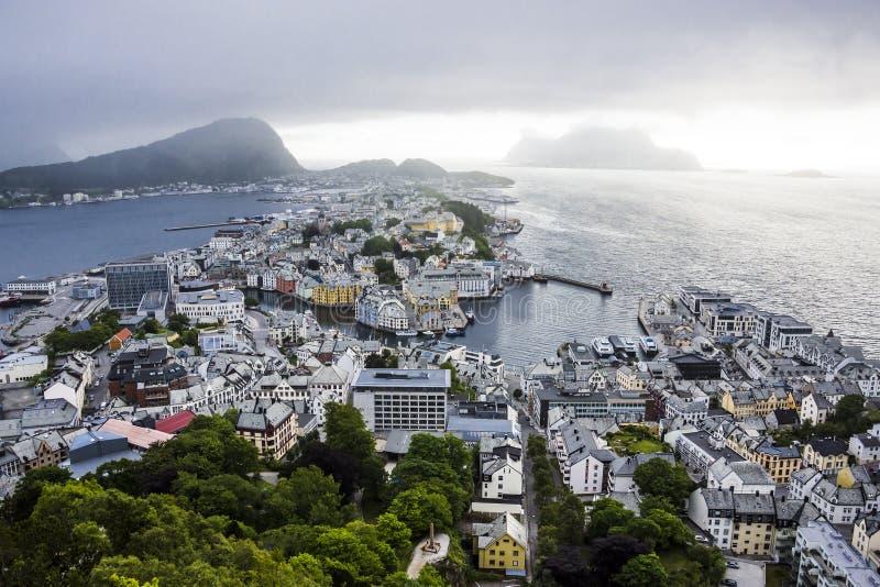 Vista panorâmica do arquipélago e do centro de cidade bonito de Alesund, Noruega fotografia de stock royalty free