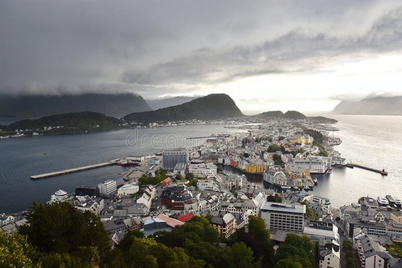 Vista panorâmica do arquipélago e do centro de cidade bonito de Alesund, Noruega imagens de stock royalty free