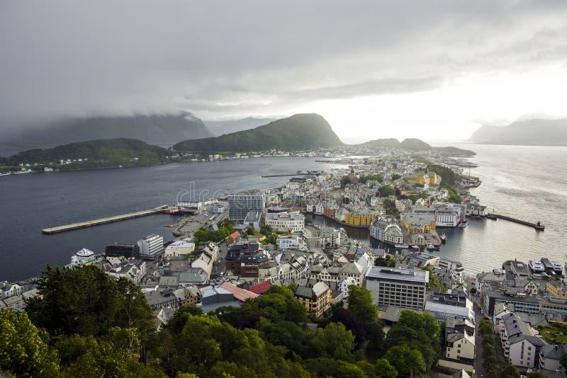 Vista panorâmica do arquipélago e do centro de cidade bonito de Alesund, Noruega fotos de stock