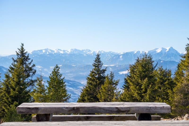 Vista panorâmica do banco de madeira da cimeira da montanha Rennfel imagens de stock royalty free