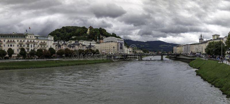 Vista panorâmica do banco do leste do rio de Salzach em Salzburg, Áustria fotos de stock royalty free