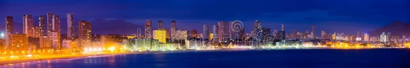 Vista panorâmica do beira-mar de Benidorm na noite imagens de stock
