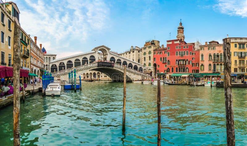 Vista panorâmica do canal grandioso com a ponte famosa de Rialto em Veni fotos de stock