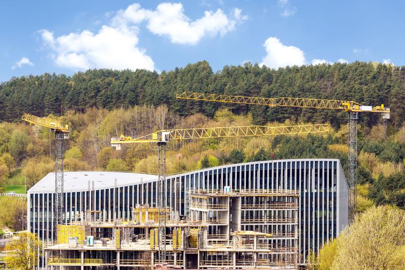 Vista panorâmica do canteiro de obras industrial com guindastes imagem de stock royalty free