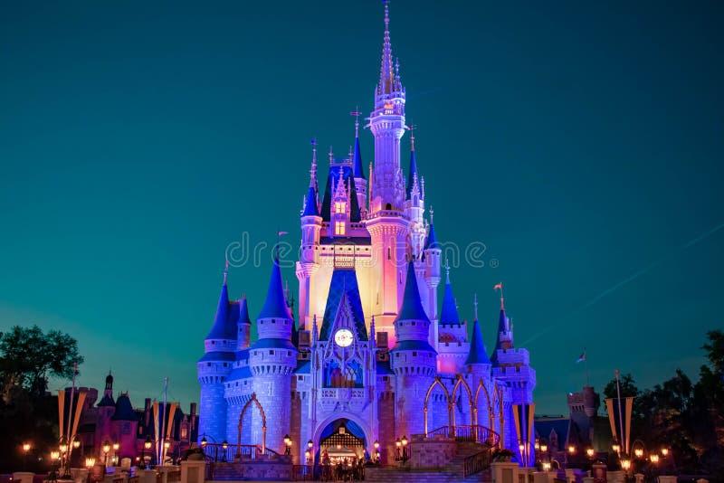 Vista panorâmica do castelo de Cinderella iluminada no fundo azul da noite no reino mágico em Walt Disney World 2 foto de stock royalty free