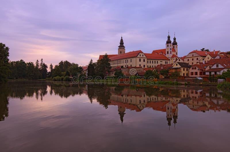 Vista panorâmica do castelo de Telc, da lagoa com parque, do nome de Jesus Church e da torre da igreja de St Jakub foto de stock royalty free
