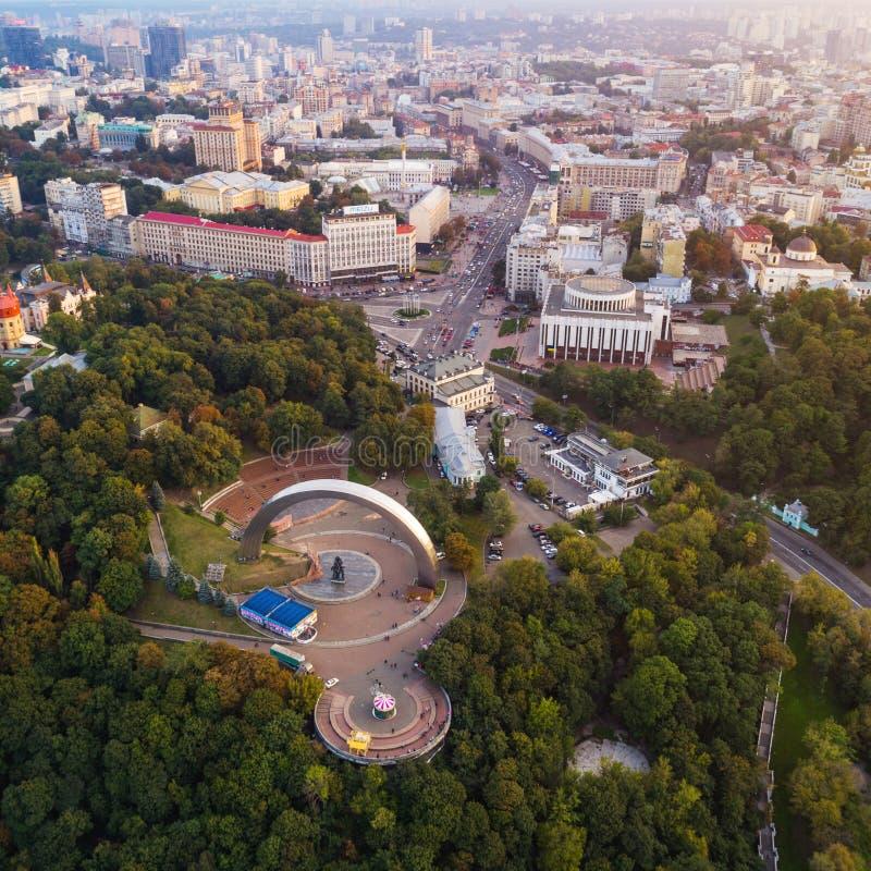 Vista panorâmica do centro da cidade de Kiev Vista aérea do arco da amizade dos povos, parque de Khreshchaty, o cano principal imagens de stock royalty free