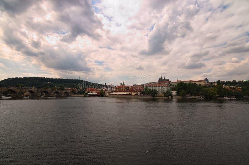 Vista panorâmica do centro histórico do rio de Praga, de Charles Bridge e de Vltava, Saint Vitus Cathedral no dia de verão nebulo imagens de stock royalty free