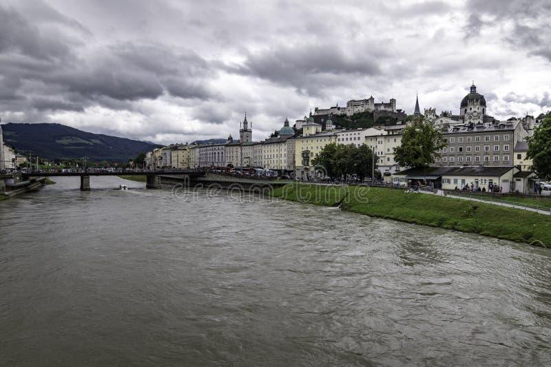 Vista panor?mica do Cisjord?nia de Salzburg com a fortaleza no fundo, ?ustria fotografia de stock