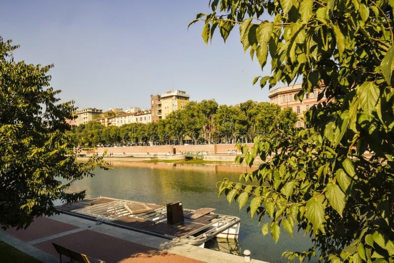 Vista panorâmica do Darsena no centro de Milão foto de stock