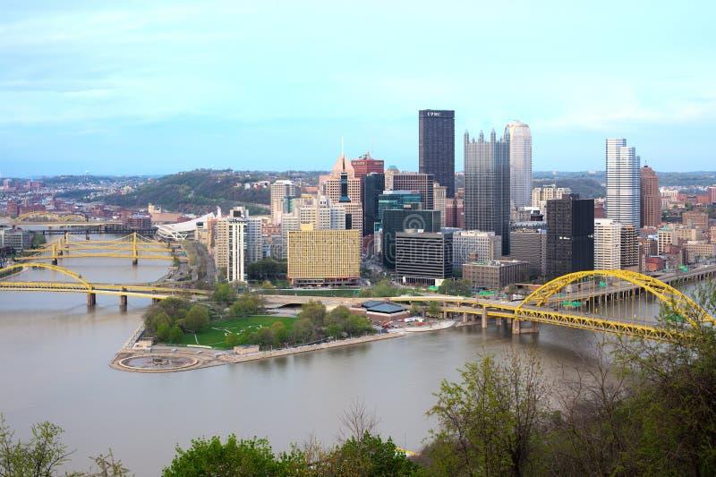 Vista panorâmica do distrito financeiro central de Pittsburgh e dos 3 rios imagens de stock