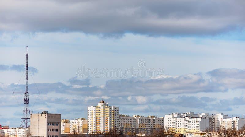 Vista panorâmica do distrito residencial novo com prédios e antena de televisão sob o céu azul com as nuvens do europeu fotografia de stock