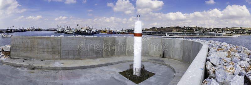 Vista panorâmica do farol novo do porto de pesca de Beylikduzu em Istambul Turquia imagem de stock royalty free