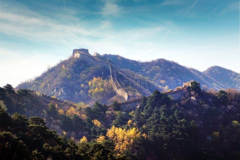 Vista panorâmica do Grande Muralha de China, cercado pela vegetação verde e amarela contra um céu azul foto de stock royalty free