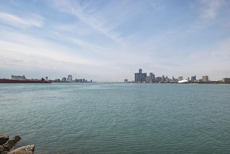 Vista panorâmica do horizonte de Detroit Windsor com a ponte embaixadora que liga os Estados Unidos ao Canadá fotografia de stock