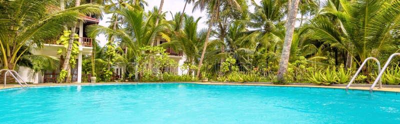 Vista panorâmica do hotel tropical ensolarado fotografia de stock