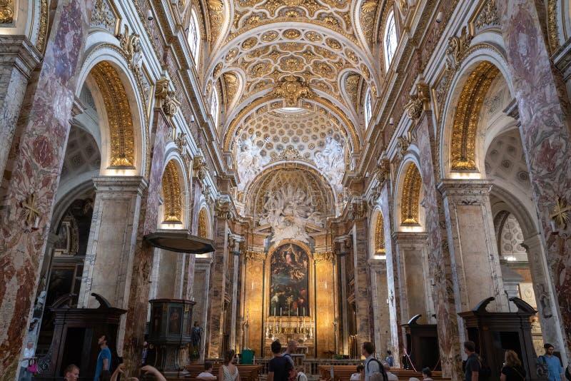 Vista panorâmica do interior da igreja de St Louis do francês imagem de stock
