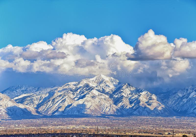 A vista panorâmica do inverno da neve tampou Wasatch Front Rocky Mountains, vale de Great Salt Lake e Cloudscape de Bacchus Highw fotografia de stock