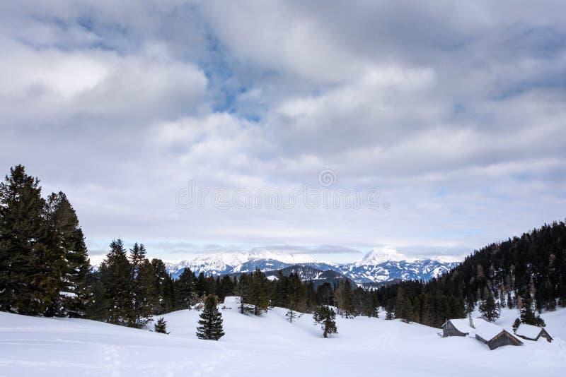 Vista panorâmica do inverno de Hohentauern às montanhas Reichenstein, Hochtor, Ã-dstein imagem de stock