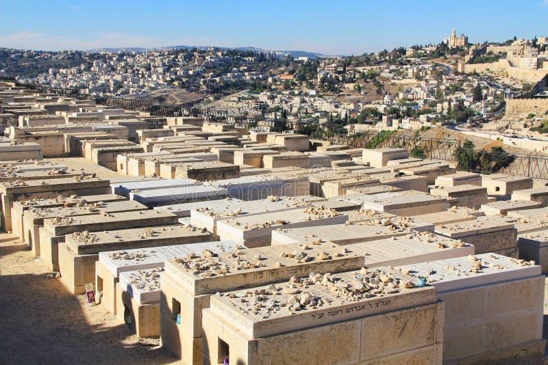 Vista panorâmica do Jerusalém e de um cemitério imagem de stock