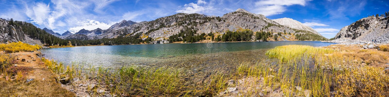 Vista panorâmica do lago alpino, serras orientais foto de stock royalty free