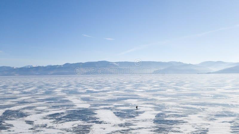 Vista panorâmica do Lago Baikal e das montanhas atrás dela Lago no inverno gelo-severo em Sibéria No gelo é um homem só fotos de stock