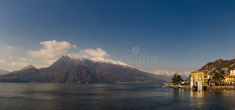 Vista panorâmica do lago Como e de montanhas circunvizinhas como vista de Varenna fotos de stock royalty free