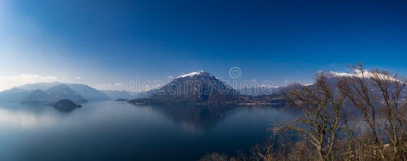 Vista panorâmica do lago Como e de montanhas circunvizinhas como visto do castelo de Vezio foto de stock